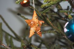 украшение рождества золотистое белизна изолированная предпосылкой стоковая фотография rf