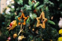 Украшение рождества играет главные роли на верхней части рождественской елки с космосом экземпляра Стоковое фото RF