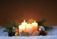 Украшение рождества и 4 горящих свечи пришествия Стоковое Изображение RF