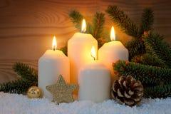 Украшение рождества и 4 горящих свечи пришествия Стоковые Изображения RF