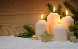 Украшение рождества и 4 горящих свечи пришествия Стоковая Фотография RF