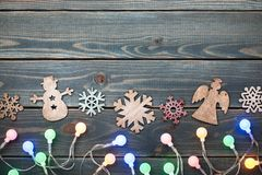 Украшение рождества и красочный свет на голубом деревянном backgroun Стоковое Изображение