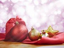 Украшение рождества на абстрактной предпосылке Красный цвет шарика рождества Стоковая Фотография RF