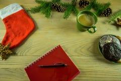 Украшение рождества на деревенской деревянной доске с блокнотом Стоковые Изображения