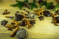 Украшение рождества на деревенской деревянной доске с пряником Стоковые Изображения RF