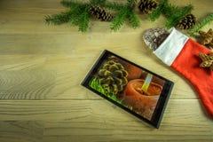Украшение рождества на деревенской деревянной доске с таблеткой Стоковое фото RF