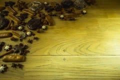 Украшение рождества на деревенской деревянной доске Стоковая Фотография RF
