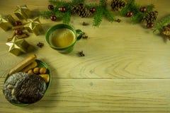 Украшение рождества на деревенской деревянной доске Стоковые Изображения