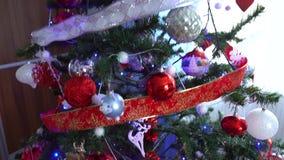 Украшение рождества на дереве со светами рождества Шарик 2019 свиньи видеоматериал