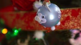 Украшение рождества на дереве со светами рождества Шарик 2019 свиньи сток-видео