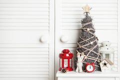 Украшение рождества на предпосылке двери Стоковое Фото