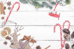 Украшение рождества оформления ели и еды на деревянном backgrou Стоковое фото RF