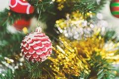 Украшение рождества, смертная казнь через повешение конуса красной сосны на сосне Стоковая Фотография