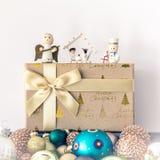Украшение рождества с деревянными диаграммами стеклянными шариками и подарком bo стоковые изображения