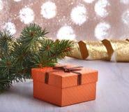 Украшение рождества с подарочными коробками и рождественской елкой на расплывчатой, сверкная и фантастичной предпосылке Стоковая Фотография RF