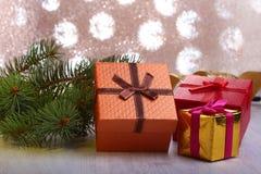 Украшение рождества с подарочными коробками и рождественской елкой на расплывчатой, сверкная и фантастичной предпосылке Стоковое Изображение