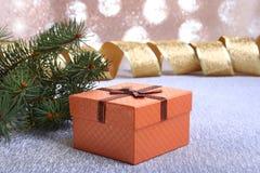 Украшение рождества с подарочными коробками и рождественской елкой на расплывчатой, сверкная и фантастичной предпосылке Стоковые Фото
