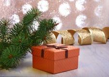 Украшение рождества с подарочными коробками и рождественской елкой на расплывчатой, сверкная и фантастичной предпосылке Стоковое Фото