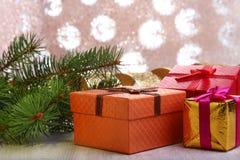 Украшение рождества с подарочными коробками и рождественской елкой на расплывчатой, сверкная и фантастичной предпосылке Стоковая Фотография
