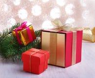 Украшение рождества с подарочными коробками и рождественской елкой на расплывчатой, сверкная и фантастичной предпосылке Стоковые Фотографии RF