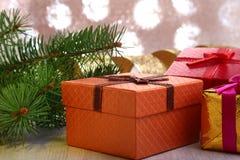 Украшение рождества с подарочными коробками и рождественской елкой на расплывчатой, сверкная и фантастичной предпосылке Стоковое фото RF