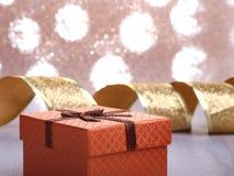 Украшение рождества с подарочными коробками и рождественской елкой на расплывчатой, сверкная и фантастичной предпосылке Стоковое Изображение RF