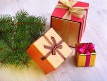 Украшение рождества с подарочными коробками и рождественской елкой на расплывчатой, сверкная и фантастичной предпосылке Стоковые Изображения