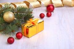 Украшение рождества с подарочными коробками, красочными шариками рождества и рождественской елкой на расплывчатом, сверкнающ и фа Стоковое Изображение