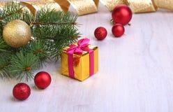 Украшение рождества с подарочными коробками, красочными шариками рождества и рождественской елкой на расплывчатом, сверкнающ и фа Стоковая Фотография