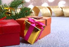 Украшение рождества с подарочными коробками, красочными шариками рождества и рождественской елкой на расплывчатом, сверкнающ и фа Стоковая Фотография RF