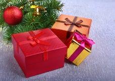 Украшение рождества с подарочными коробками, красочными шариками рождества и рождественской елкой на расплывчатом, сверкнающ и фа Стоковое Фото