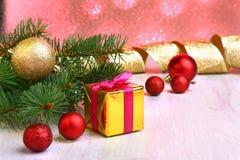 Украшение рождества с подарочными коробками, красочными шариками рождества и рождественской елкой на расплывчатом, сверкнающ и фа Стоковые Фото