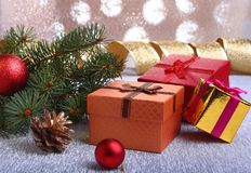Украшение рождества с подарочными коробками, красочными шариками рождества, рождественской елкой и конусами на расплывчатом, свер Стоковое Фото