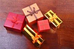Украшение рождества с подарочными коробками на деревянном настольном компьютере Стоковые Изображения