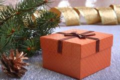Украшение рождества с подарочными коробками, рождественской елкой и конусами на расплывчатой, сверкная и фантастичной предпосылке Стоковая Фотография