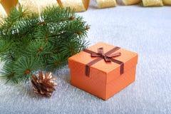 Украшение рождества с подарочными коробками, рождественской елкой и конусами на расплывчатой, сверкная и фантастичной предпосылке Стоковые Изображения RF