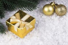 Украшение рождества с snowlakes золотыми подарочной коробкой и шариками рождества Стоковые Фотографии RF
