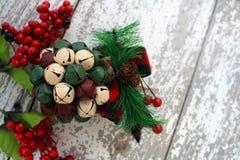 Украшение рождественской елки на белой предпосылке с красными ягодами стоковые изображения rf