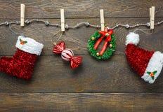 Украшение рождества взгляд сверху и веревка для белья ювелирных изделий на древесине Стоковая Фотография RF