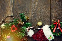 Украшение рождества взгляд сверху и веревка для белья ювелирных изделий на древесине Стоковые Изображения RF