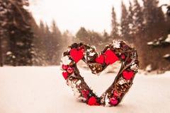 Украшение рождества в лесе Snowy Стоковые Фотографии RF
