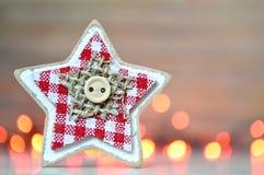 Украшение рождества: Деревянная звезда против светов рождества Стоковое фото RF