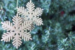 Украшение рождества - 2 золотых снежинки Стоковые Фото