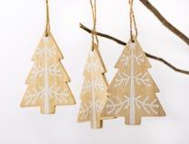 Украшение рождества и Нового Года, деревянные ели с белой смертной казнью через повешение орнамента на сухой ветви дерева на бело Стоковые Изображения