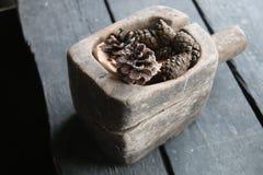 Украшение рождества конуса сосны на старом деревенском деревянном столе Стоковое Изображение