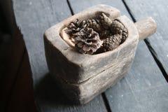 Украшение рождества конуса сосны на старом деревенском деревянном столе Стоковое Изображение RF