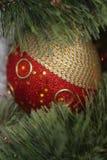 Украшение рождества - красный шарик Стоковое фото RF