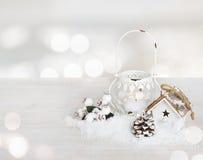 Украшение рождества на деревянном столе над конспектом освещает предпосылку Стоковые Изображения RF