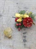 Украшение рождества на деревянных доске и шарике Стоковое Изображение