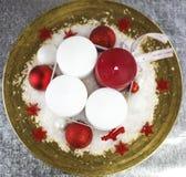 Украшение рождества на золотой плите от высокого угла стоковые изображения rf